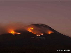 Ili Lewotolok - fires on the flanks of the volcano following the incandescent fallout on 07.28.2021 - photos PVMBG / Magma Indonesia - one click to enlarge