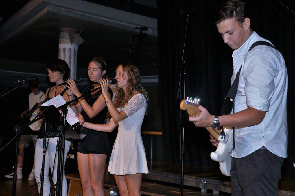 """Für Schwung und eine ausgelassene Stimmung sorgte die Schulband """"Wolf-Gang"""" mit """"A Night Like This"""" von Caro Emerald und """"Some Nights"""" von Fun"""