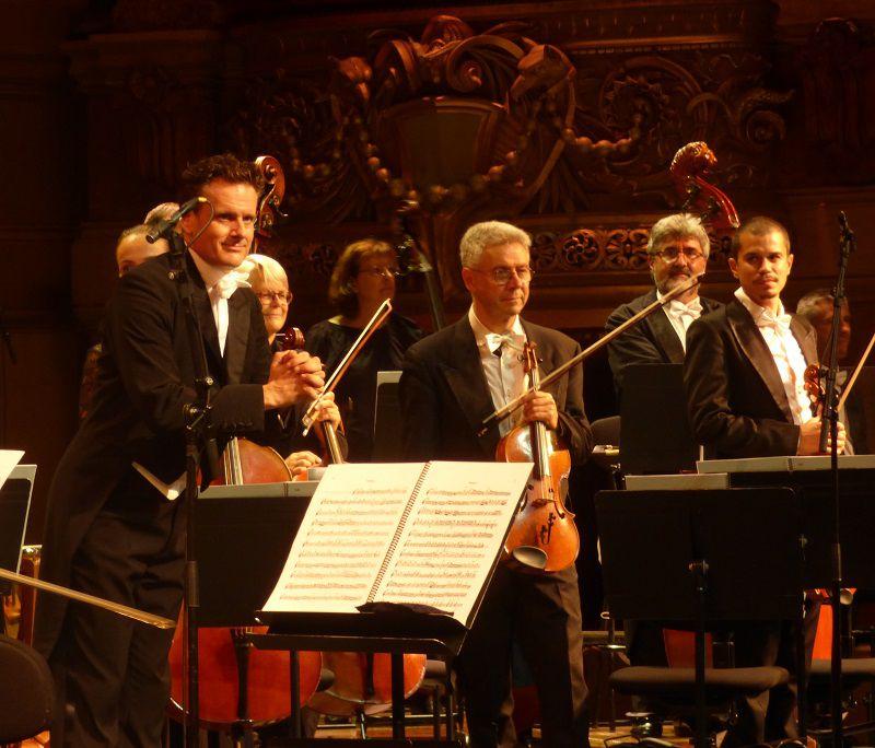 Saluts de Philippe Jordan et de l'orchestre de l'Opéra national de Paris.