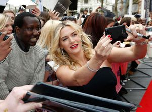 People: Kate Winslet adepte du SELFIE et accessible ! (photo)