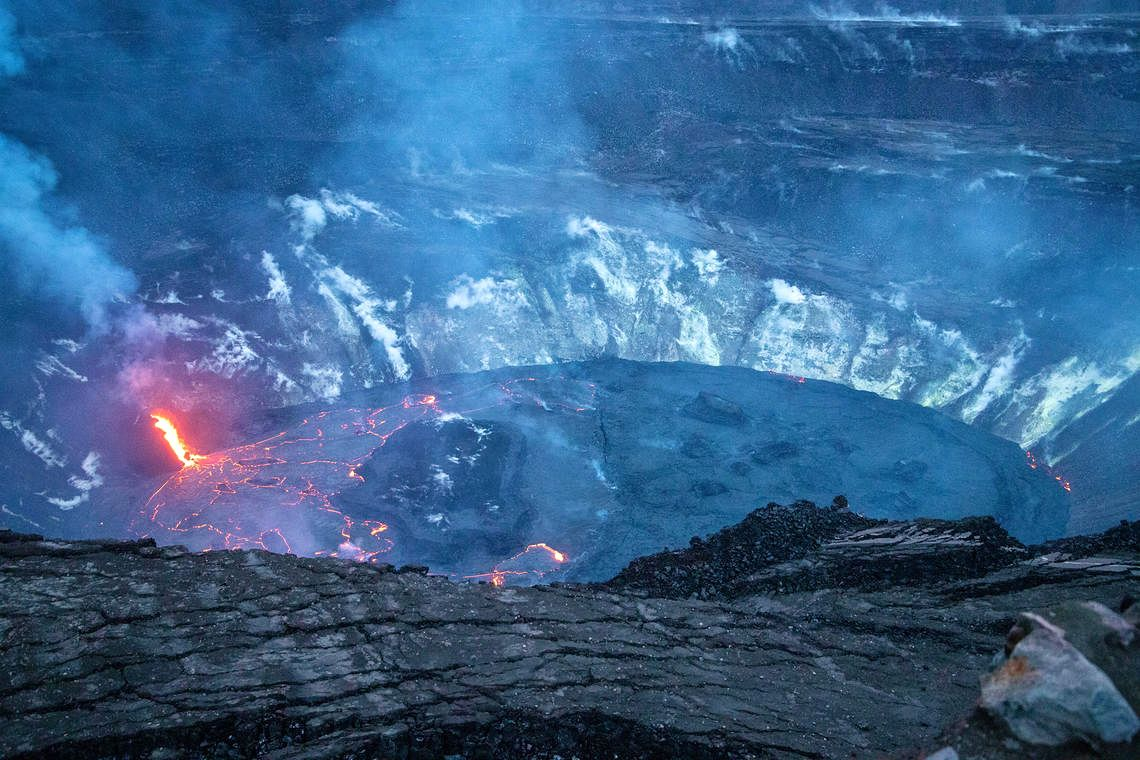 Kilauea - the lava lake of Halema'uma'u divided into 2 parts, one of which is active on 01.19.2021 / 6 p.m. HST - photo H. Dietterich / USGS