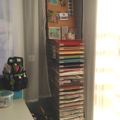 Ranger ses papiers dans un présentoir à papiers / Tidy papers in a display for papers