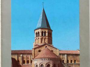 Paray-Le-Monial La basilique du XIe siècle aux volumes développés selon des proportions harmonieuses équilibrant les masses constitutives de l'ensemble.