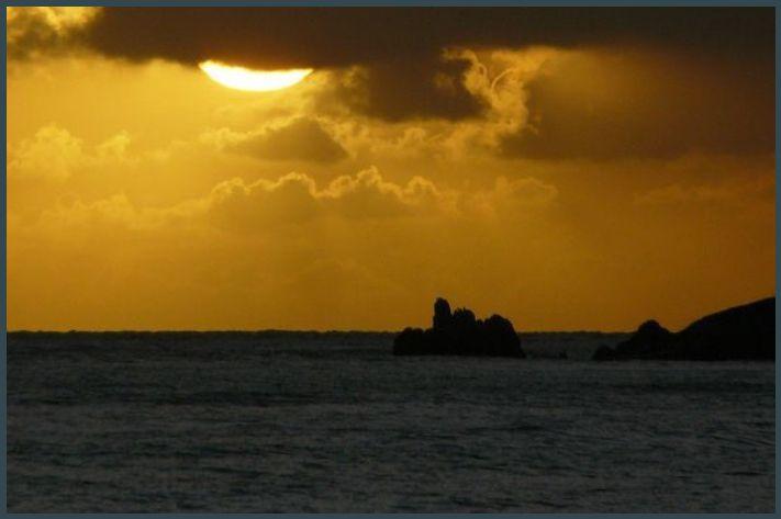 Ellis Beach 05h42 : Disparition du soleil sur Buchan Point. ISO 100, Focale 432mm, vitesse 1/1300s, ouverture 5