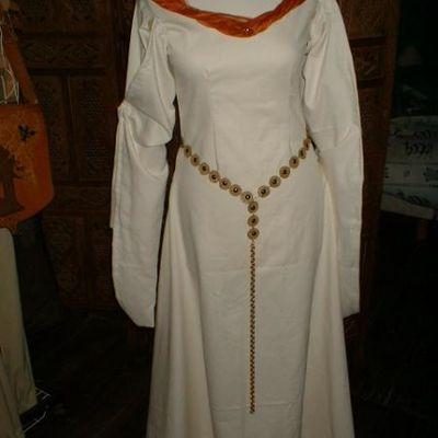 4- Costumes médiévaux Femmes: mariées et nobles