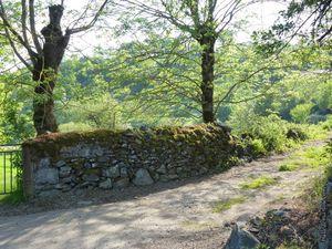 Le pigeonnier et la route qui monte à gauche