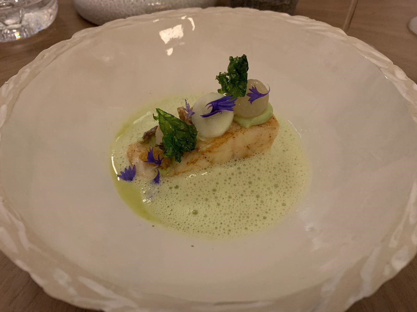 Daurade royale, Chou rave, kale, jus de pomme, gel de livèche Granite restaurant Paris 1er