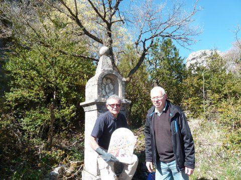 Les Plaques en lave de Volvic sont posées sur le chemin qui monte à la chapelle du  Roc de Castellane