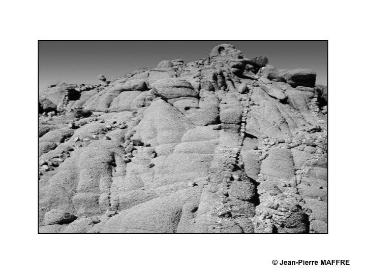 Ces photos ont été prises dans le Sahara algérien près de Tamanrasset. Les dessins préhistoriques, par leurs représentations de troupeaux sur les roches, nous rappellent que cette région a été verdoyante.