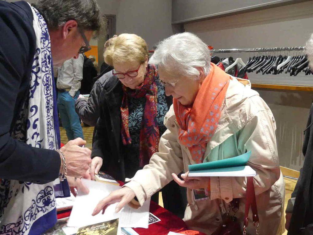 Les personnes intéressées par l'exposition concernant Daphné du Maurier