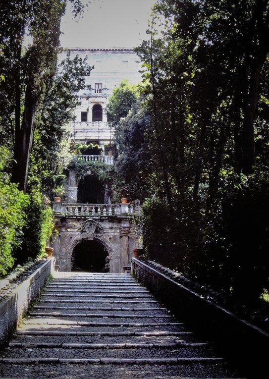 """Ce n'est pas beau comme l'antique, non,  la villa d'Este de Tivoli date du XVIème. A une trentaine de kilomètres à l'est de Rome, vers les Abruzzes, elle a constitué un refuge de fraîcheur pour le prélat Hippolyte d'Este qui se rêvait pape et ne l'a jamais été. C'est encore la visite idéale, quand il fait quarante degrés à Rome: jeux d'eau et """"grands jets d'eau sveltes parmi les marbres"""" en tout genre, fontaine de l'orgue hydraulique ( dia 2 ), fontaine de l'ovale etc., il s'agit d'un des """"jardins des merveilles"""" conçus à la Renaissance, avec son allée aux cent fontaines où l'on remarque l'aigle, emblème du cardinal d 'Este. On se balade dans les jardins en terrasse, on guette les poissons dans les viviers des grands bassins, on s'étonne devant la statue de Diane d'Ephèse, cette mère nourricière aux seins généreux."""