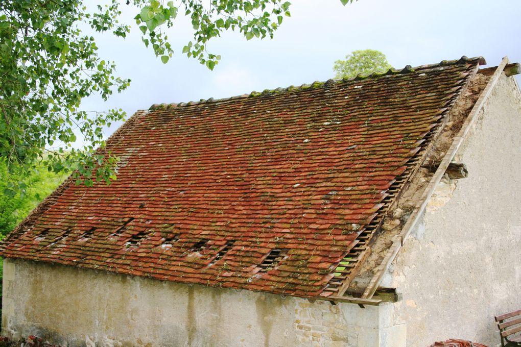 Notre vieux lavoir de la Fontaine Saint Jean, un des derniers bâtiments restant de notre patrimoine était en bien mauvais état une tentative de restauration, à moindre coût, a été tentée. Le résultat ? Jugez vous-mêmes.