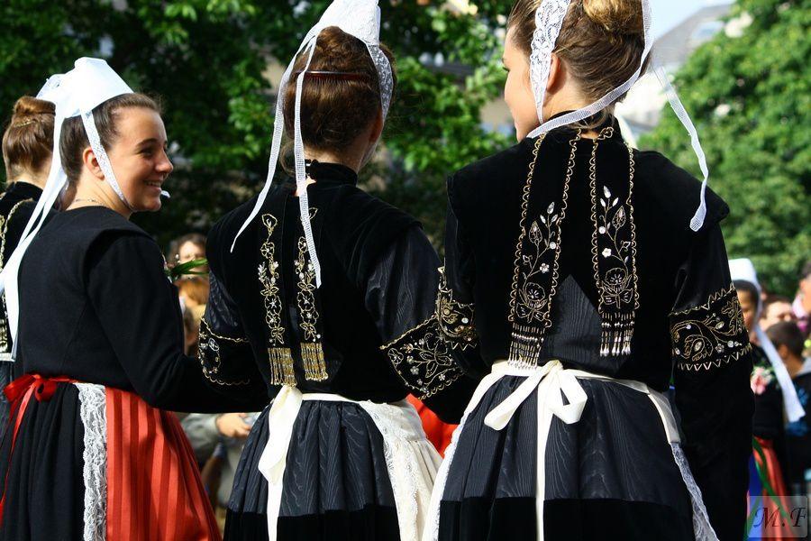 Il faut fêter çà ; Chantons Sonnons et dansons  : Le triomphe des sonneurs.