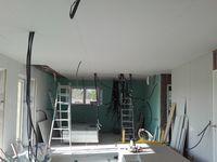 """En deux petites journées la pose du plafond est finit, lors de cette étape il faut avoir bien prévu l'emplacement des luminaires pour percer les trous qui recevront les boitier """"DCL"""" obligatoires pour fixer et brancher un luminaire au plafond. Il faut aussi prévoir un support solide car les boitier DCL sont censés résister à 25kg de charge suspendu .Il faut aussi anticiper les cables électriques qui descendront dans des cloisons et les tuyaux pvc souple pour la ventilation VMC."""