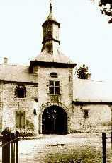La porte charretière du Château de Trazegnies - Plusieurs vues de cette porte se trouvent dans cet album.