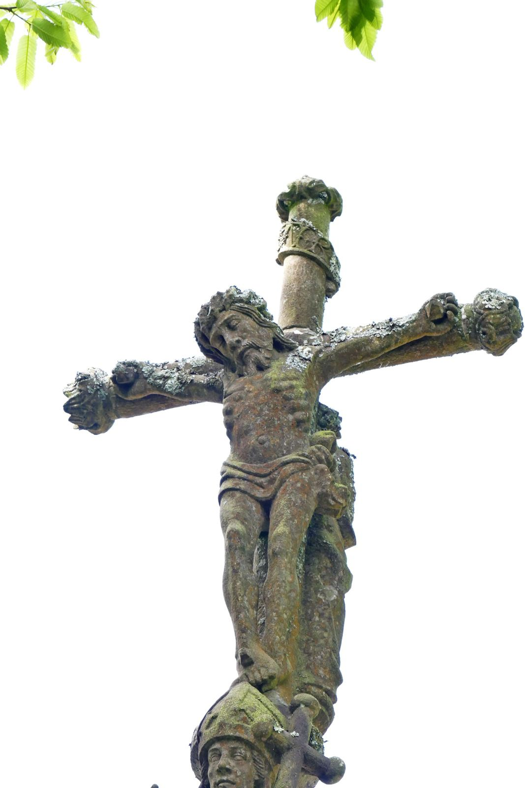 Le calvaire (kersanton, 1562, Prigent) de l'entrée de l'église de Saint-Divy. Photographie lavieb-aile.