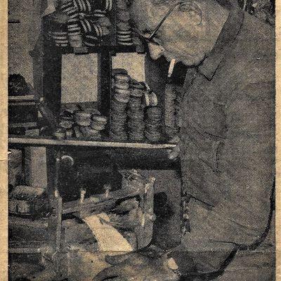Fabricant d'espardenyas au Boulou,  juin 1962.