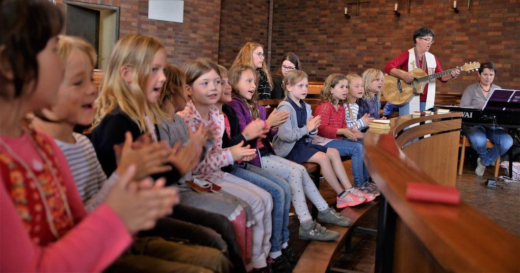 """Beim Lied """"Ich bin ein Bibelentdecker"""" klatschten alle begeistert mit."""