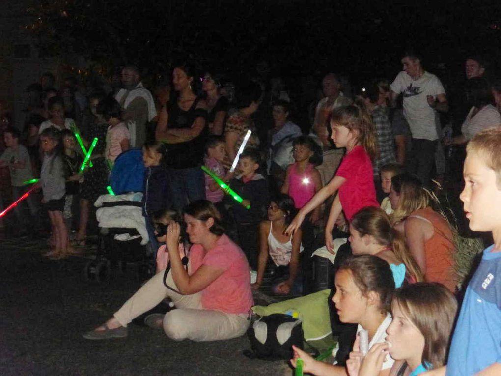 """La foule devient de plus en plus dense au fil de la soirée et certains se prêtent volontiers à la danse du """"tape-cul"""" avec les Danseux"""