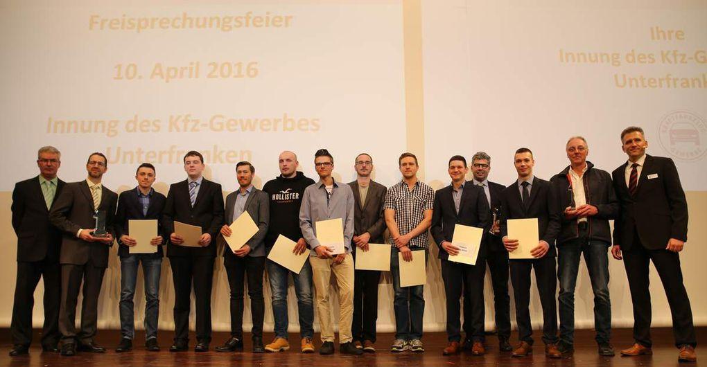 Die Prüfungsbesten in den drei Kategorien (PKW, LKW und Fahrzeugkommunikation)  durften sich über eine Urkunde und einen Förderpreis bis 200 Euro der Ehrenobermeister-Josef-Pfister-Stiftung freuen. Die Betriebe der drei Erstplatzierten erhielten die Ausbildungspreise 2016 der Kfz-Innung.
