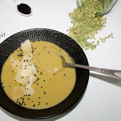 Soupe de pois cassés et brocolis aux graines de nigelle