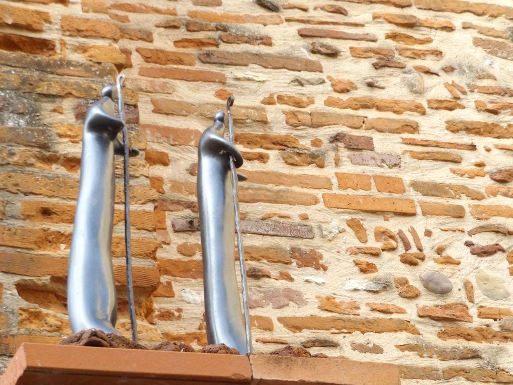 Les pèlerins en chair et en os et ceux sculptés sur les façades des maisons d'Auvillar