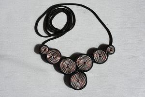 Riciclo Creativo: collana con cerniere rosse e nere