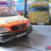 FASCICULE N°22 MERCEDES ML 320 2002 POLIZEI UNIVERSAL HOBBIES 1/43 - ML320 POLICE SUISSE - car-collector