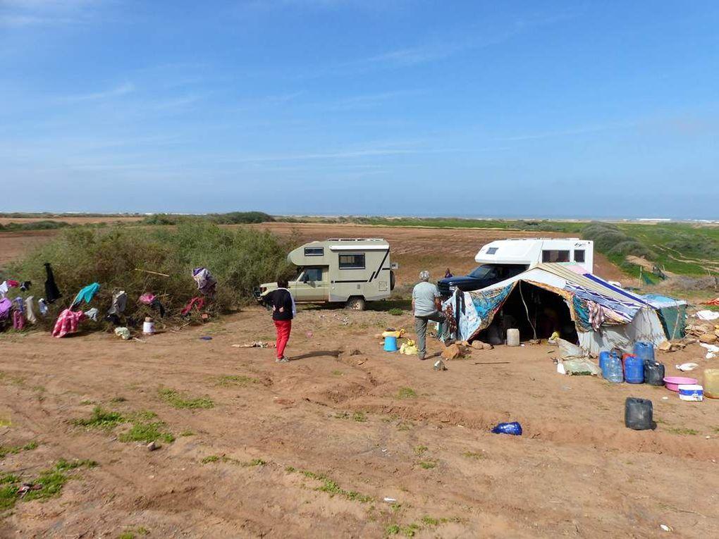 La tente et la famille nomade (Monsieur est occupé à tenter de réparer son Land Rover hors d'âge).