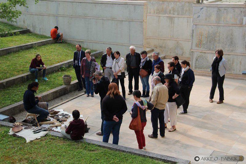 Démonstration de taille de silex sur l'Archéosite des Pierres droites à Monteneuf, au Carré Plantagenêt du Mans et au Musée des Tumulus de Bougon.