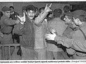 A l'annonce du verdict de peine capitale, des condamnés font le signe fasciste du Loup gris. Photos Cumhuriyet et Yeni Yüzyıl, 29 novembre 1997