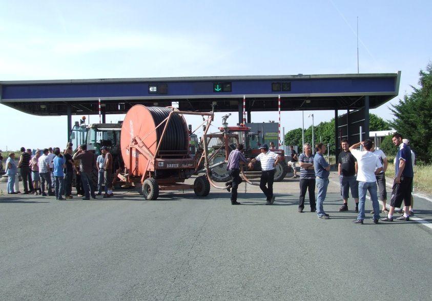 Les exploitants agricoles opposés à l'arrêté préfectoral d'interdiction d'arrosage en Charente-Maritime bloquent la sortie 34 de l'autoroute A 10 à Saint-Jean-d'Angély