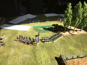 surle flanc doirs français, les troupes alliés sont descendus de leur colline pendant que les voltigeurs français se positionnent