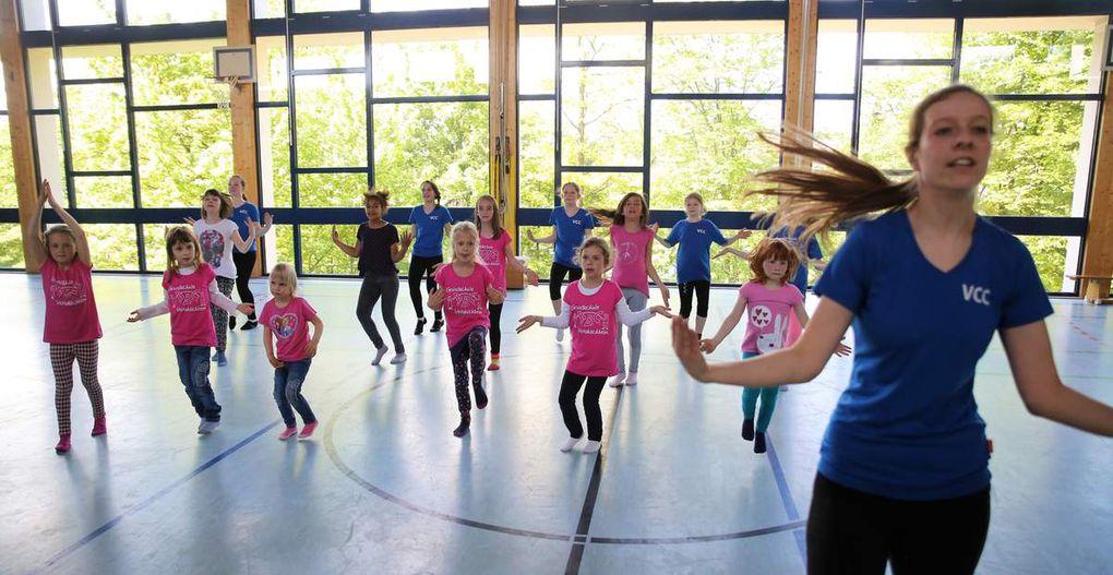 Eine Menge Spaß hatten  die  Mädchen bei den zwei halbstündigen Tanzworkshops in der Turnhalle unter der Leitung von Sina Mahlmeister, der Trainerin der Roten und Blauen Garde des VCC.