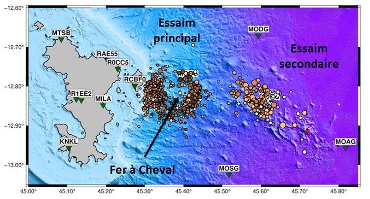 """Mayotte - Localisation précise des deux zones, primaire, dite en """"Fer à cheval"""", et secondaire, proche du volcan (triangle rouge) - Doc. REVOSIMA / Journal de Mayotte"""