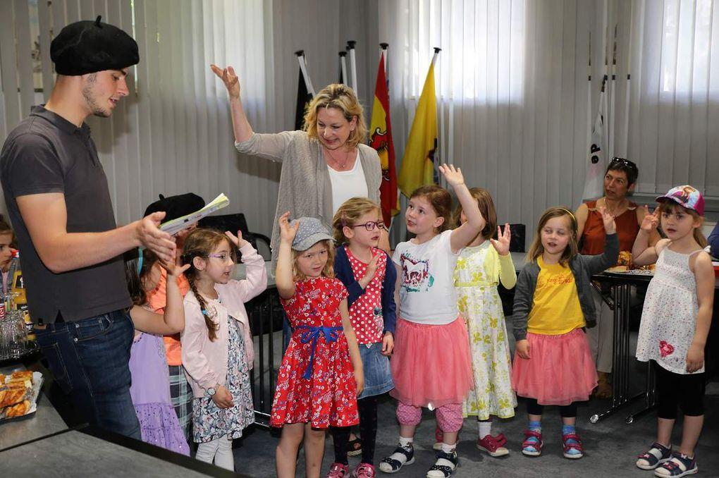 """Mit großer Freude sangen die Kleinen zur Begrüßung """"Bonjour, ca va!"""" und tanzten zum traditionellen französischen Volkslied """"Sur le pont d' Avignon"""""""
