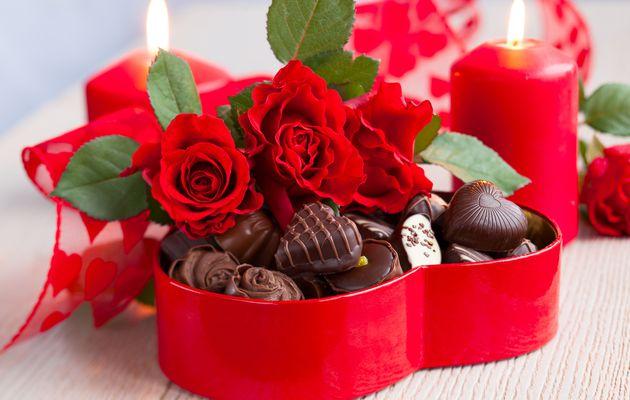 Le message gourmand et romantique pour déclarer votre flamme : Dites-le avec du chocolat et des fleurs rouges