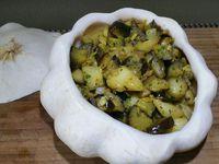 3 - Laver et ciseler le persil plat (en garder un peu pour la décoration finale), l'incorporer à 2 ou 3 mn de la fin de cuisson des légumes, mélanger le tout. Verser dans le pâtisson évidé, parsemer du reste de persil haché et d'un peu de paprika doux, disposer le pâtisson sur un plat de service et le présenter recouvert en totalité ou en partie de son chapeau.
