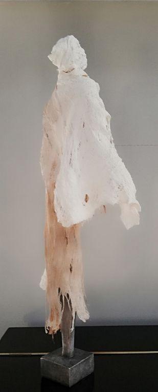 Sculpture - Socle céramique - tête et buste en grès - habillement : coton, papier en relief- Taille : 70 cm X 25 cm