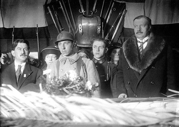 Le caporal Auguste Thin déposant le bouquet de roses. A droite, le ministre André Maginot.