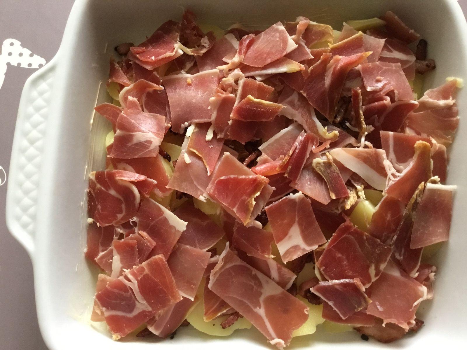 Tartiflette : pommes de terre en rondelles et jambon de Bayonne