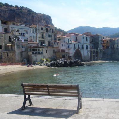 banc : vue sur la vieille ville de Cefalu (Sicile)