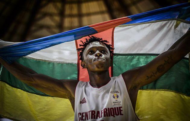 Kurt-Axel Wegscheider soutenu par ses coéquipiers de NBA Academy Africa