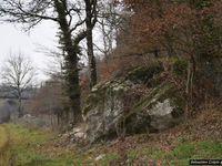 A 2 km du bourg de Noailles, au sud du département, se trouvent les grottes de Lamouroux...   À l'origine, se trouvait une caverne préhistorique, au dessus de laquelle, les hommes ont creusé des habitats troglodytiques.   Au Moyen Age, en plus de représenter un abri très sûr, ils constituaient également des résidences assez confortables... Reliées entre elles par des terrasses, des trappes, des escaliers, les habitations comprenaient chambres, cuisine, pièces à vivre, et d'autres salles communes comme une chapelle, des granges et des étables.   D'ingénieux systèmes permettaient de fermer les ouvertures au moyen de volets. En hauteur, ainsi protégés, les habitants se sentaient en sécurité. Durant la seconde guerre mondiale, les grottes ont servi de cache d'armes.   Malheureusement l'endroit ne se visite pas, faute d'être sécurisé, mais on peut suffisamment s'en approcher pour admirer le travail de l'homme et tenter de comprendre comment on vivait dans ces grottes.