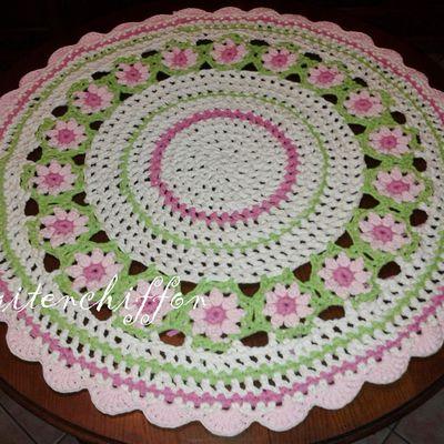 Tapis rond avec fleurs, crocheté en trapilho