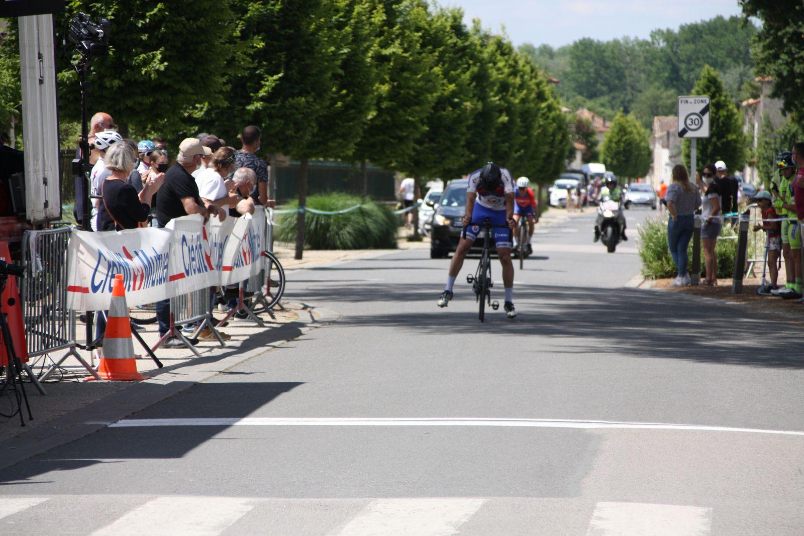 L'arrivée  et  la  victoire  pour  Florian  PONS(VC  Saintes), 2e  Vincent  GICQUEL (APOGE)