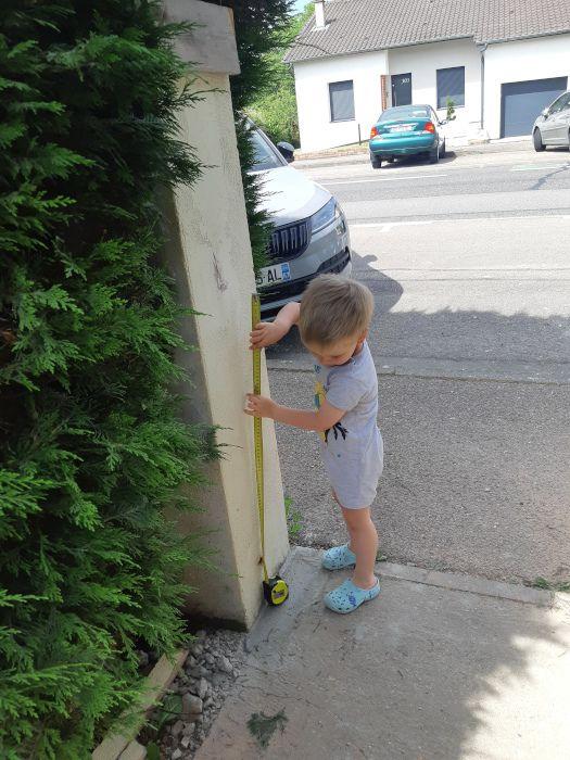 Pas sûr que le portail soit posé très droit....l'apprenti est un peu jeune... mais il s'investit quand même...