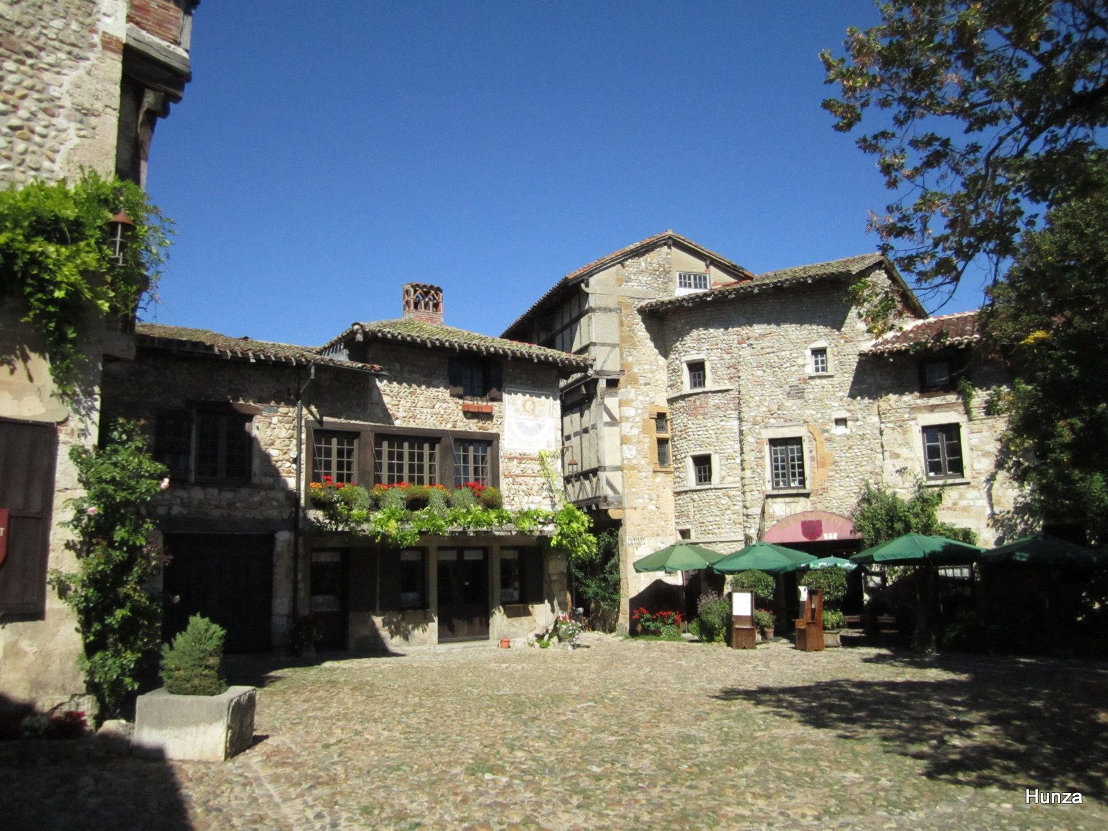 Pérouges, place du Tilleul