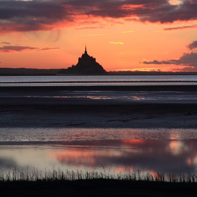 Vues du Mont Saint Michel en fin de journée, au loin depuis la cote.