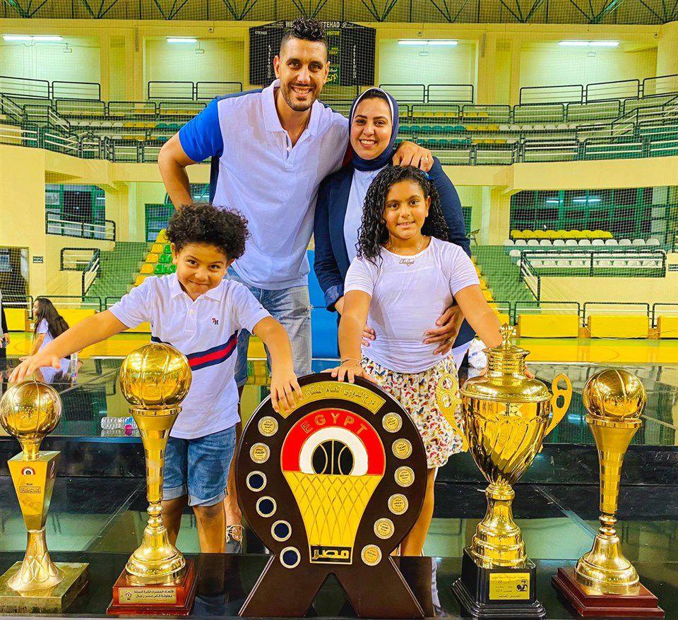 Khalifa et sa famille posant devant les cinq trophées remportés cette saison à Alexandrie
